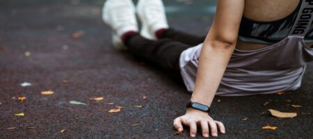 How does fitness band track sleep